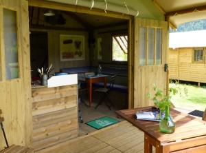 Grande terrasse couverte pour vivre dedans-dehors